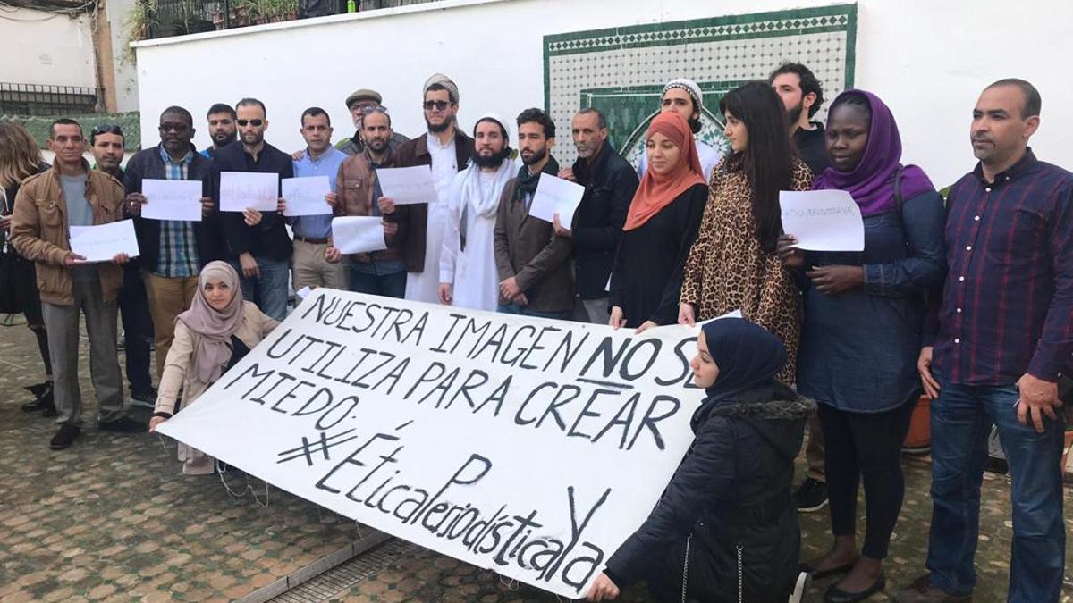 El imam Mohammad Idrissi (en el centro de blanco) y los otros tres demandantes con más miembros de la comunidad musulmana en la rueda de prensa de abril de 2019 para pedir a ABC que retirara la foto.