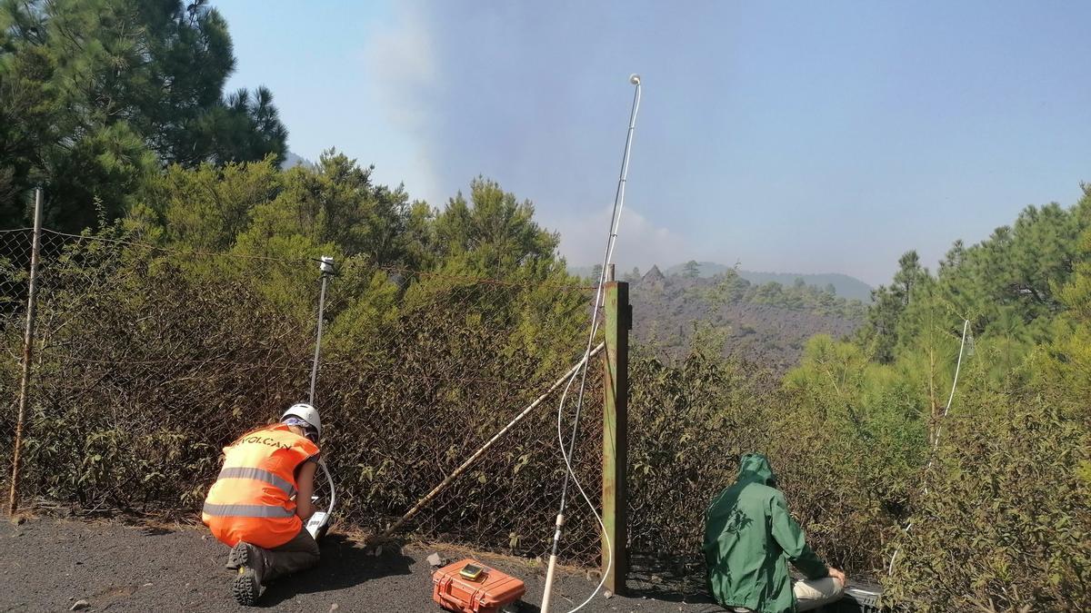 Un equipo de Involcan realiza medidas de gases en el penacho de la erupción del volcán de La Palma.