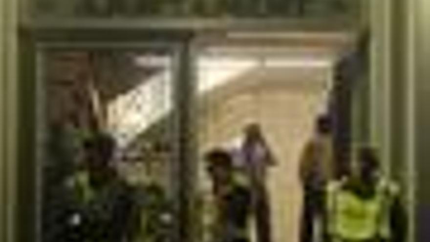 Vecinos de Santa Coloma causan momentos de tensión al intentar entrar en el consistorio