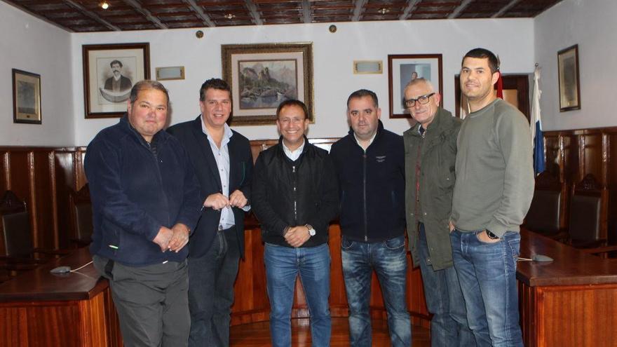 En la imagen, Sergio Rodríguez (centro), alcalde de El Paso; Andrés Carmona (izquierda), teniente de alcalde;  y Francisco Rodríguez (derecha), concejal de Hacienda, Empleo y Recursos Humanos, con representantes de los trabajadores del Ayuntamiento.