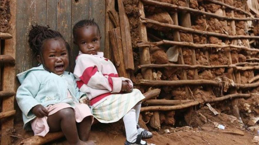 Niñas en su casa, situada en un suburbio de Nairobi. Fotografía: Efe.