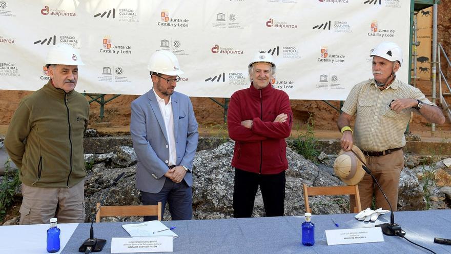 Los codirectores de Atapuerca, José María Bermúdez de Castro (i), Juan Luis Arsuaga (2d) y Eudald Carbonell (d) junto al director general de Patrimonio Cultural de la Junta de Castilla y León, Gumersindo Bueno Benito (2i), durante la presentación.