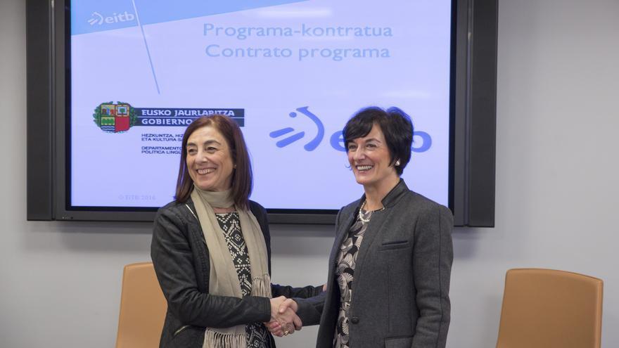 La consejera de Cultura, Cristina Uriarte, (a la izquierda) y Maite Iturbe, en la firma del contrato programa para EITB.
