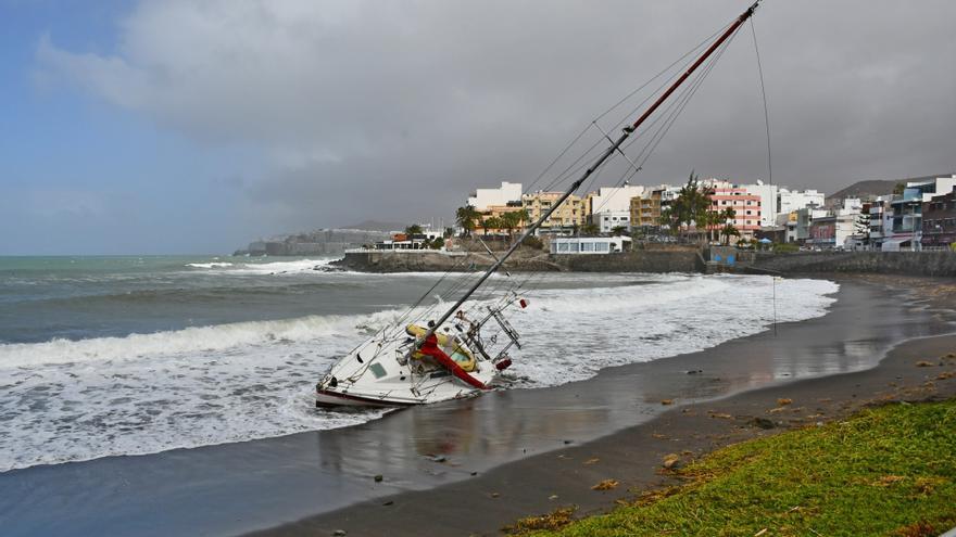 Imagen del velero encallado en la playa de Las Marañuelas en Arguineguín