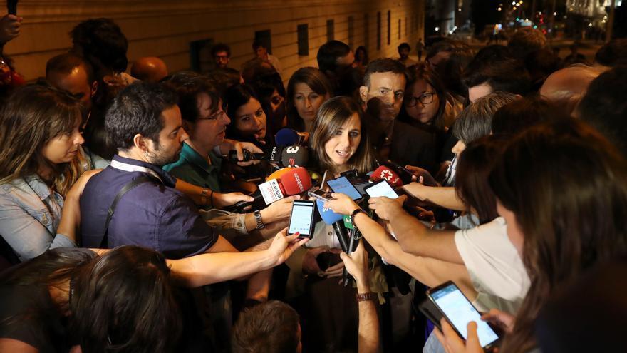 La portavoz adjunta de Unidas Podemos, Ione Belarra, atiende a la prensa tras la primera reunión,