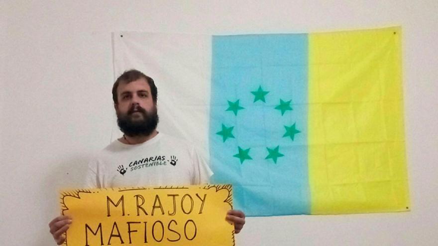 Roberto Mesa, en una imagen difundida en sus perfiles de redes, con la bandera canaria de las siete estrellas verdes