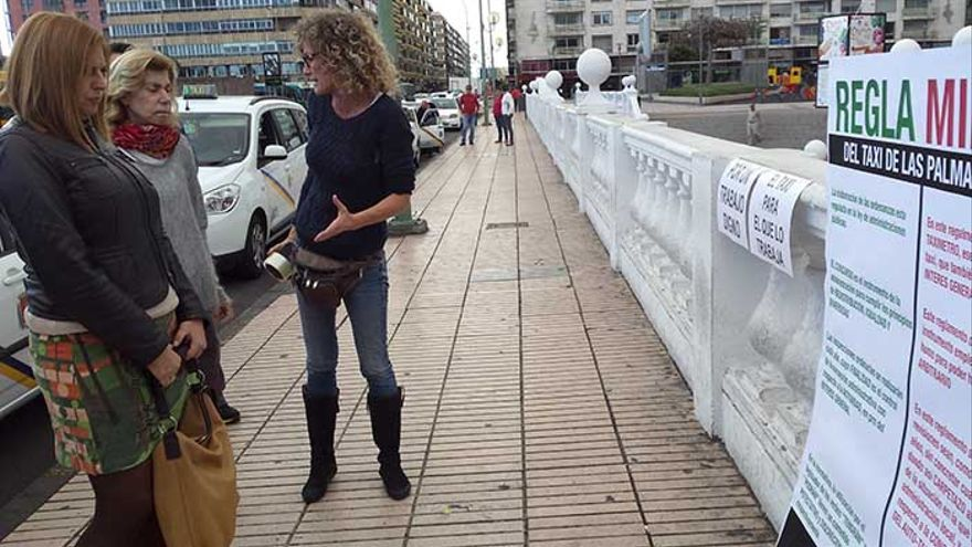María Eugenia García Rocha (derecha) habla de sus alegaciones con Isabel Mena y Nardy Barrios en la parada de taxis del Parque de San Telmo.