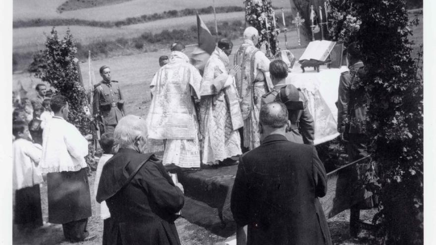 Misa de acción de gracias tras la toma de Liébana por la tropas franquistas.   DESMEMORIADOS