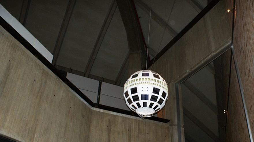 Una réplica del satélite Telstar 1 en los laboratorios Bell