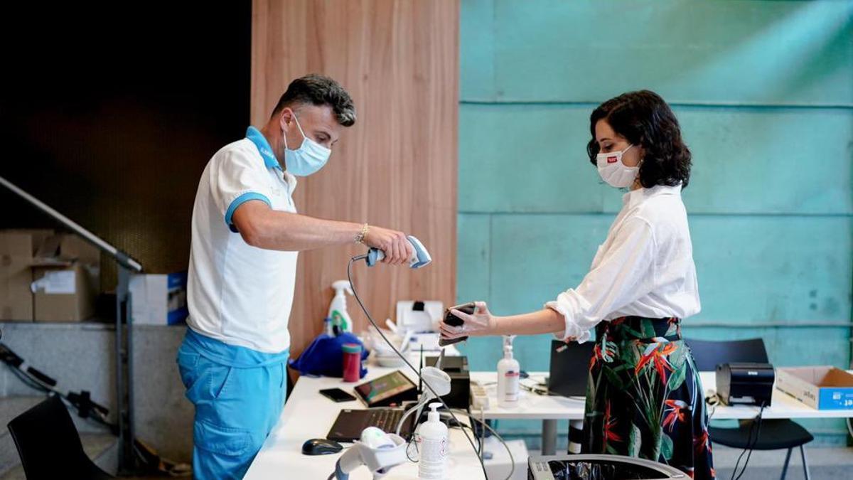 La presidenta de la Comunidad de Madrid, Isabel Díaz Ayuso, antes de recibir la primera dosis de la vacuna Pfizer este lunes.