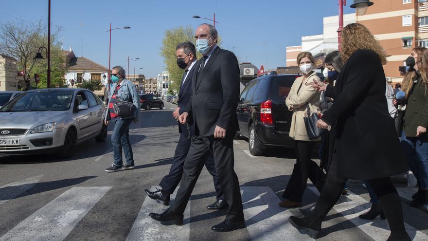 El candidato socialista a la Presidencia de la Comunidad de Madrid, Ángel Gabilondo (2i), junto al alcalde de Parla, Ramón Jurado (1i), durante una visita a la localidad, a 5 de abril de 2021, en Parla, Madrid, (España), a 5 de abril de 2021. Con el lema