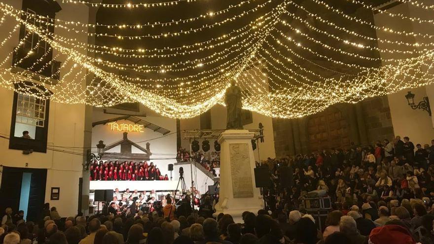 Un momento del tradicional Concierto de Navidad de Tajadre ofrecido en la noche de este sábado en la Plaza de España de Santa Cruz de La Palma.