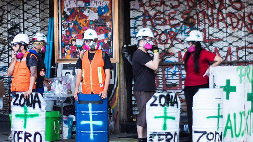 Brigadas de voluntarios rescatan a los heridos en las protestas de Chile
