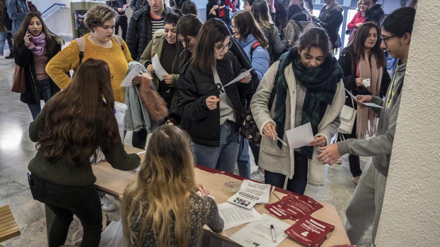Estudiantes de la Universidad Autónoma de Madrid esperando para votar en el referéndum sobre la corona.