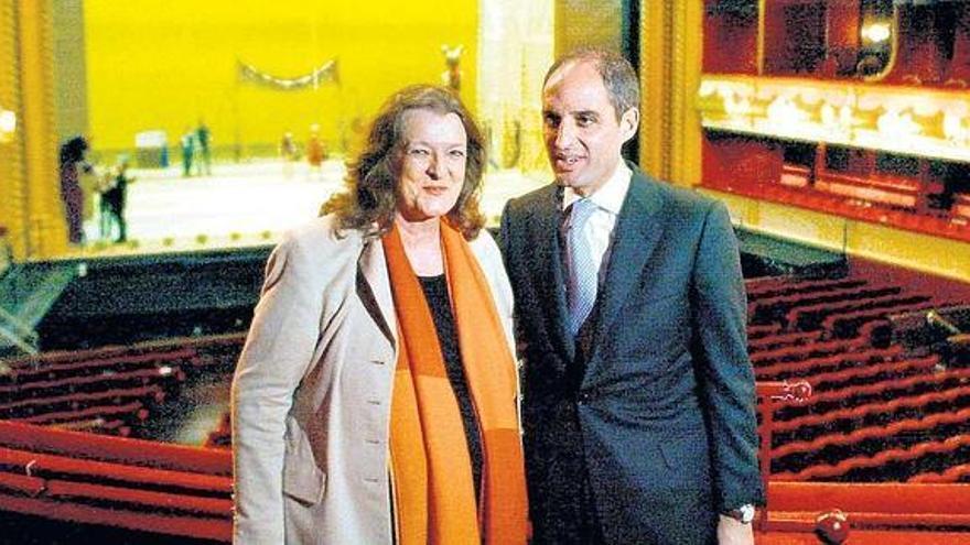 La exintendente de Les Arts Helga Schmidt, ya fallecida, y el expresidente de la Generalitat Francisco Camps, ambos acusados de 'inventarse' la empresa comisionista.