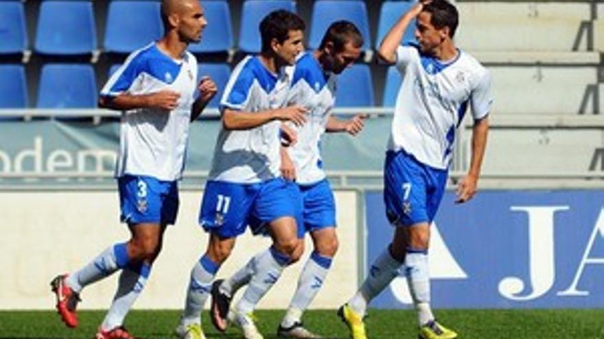 Los jugadores del CD Tenerife celebran uno de los goles. (ACFI PRESS)
