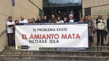 Afectados por el amianto protestan en las escaleras del Palacio de Justicia de San Sebastián.