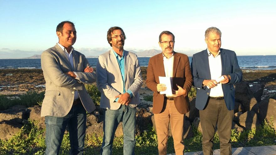 Los titulares de las corporaciones conejera y majorera, Pedro San Ginés y Marcial Morales (en el centro), ambos de CC.