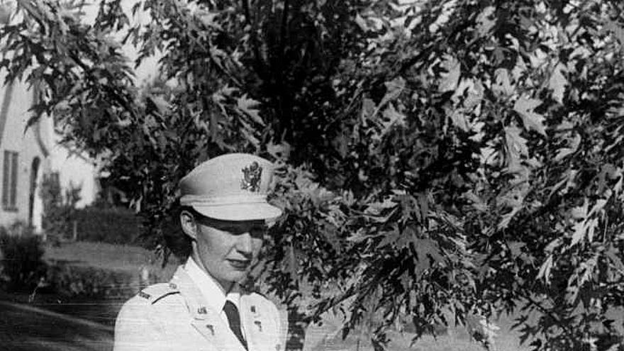 Angelina Landa posa en uniforme militar de enfermera durante una visita a su familia (cortesía de la familia Landa).