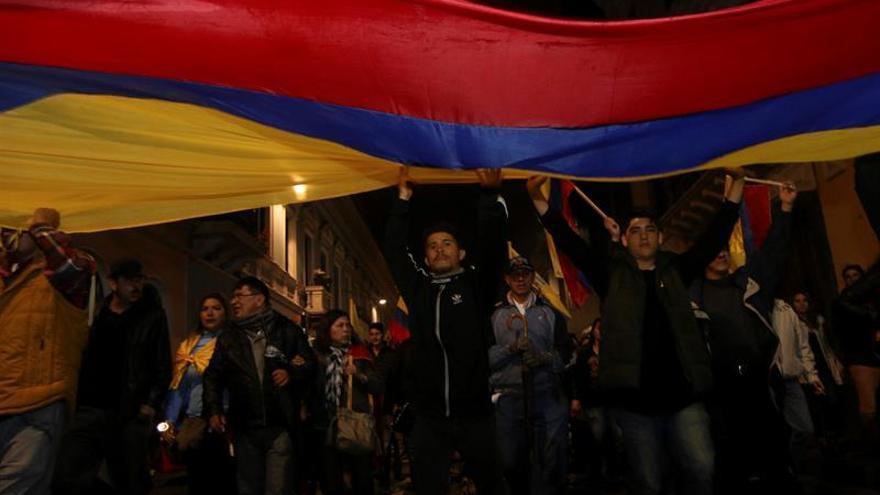 Cientos de opositores marchan en Quito en apoyo a las peticiones del candidato Lasso