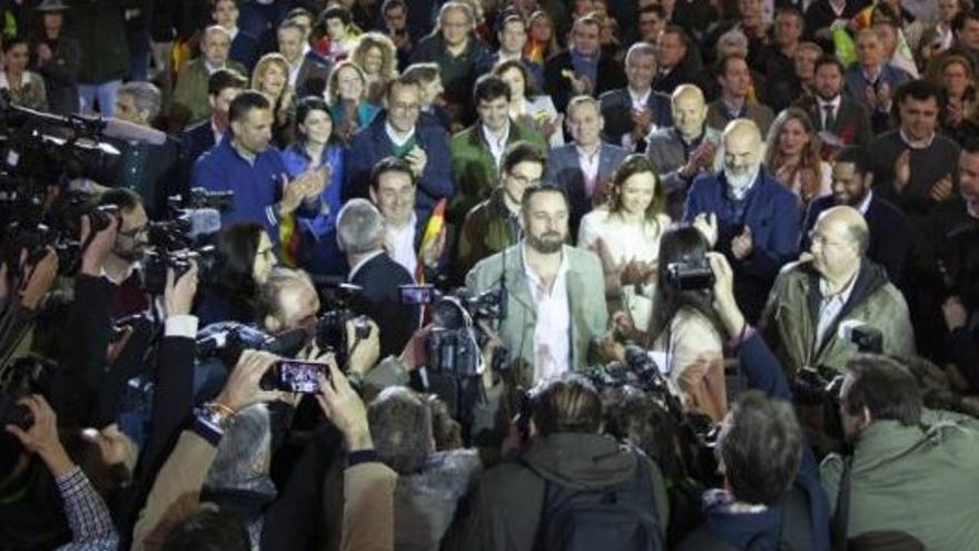 Abascal, rodeado por sus candidatos a las Generales.