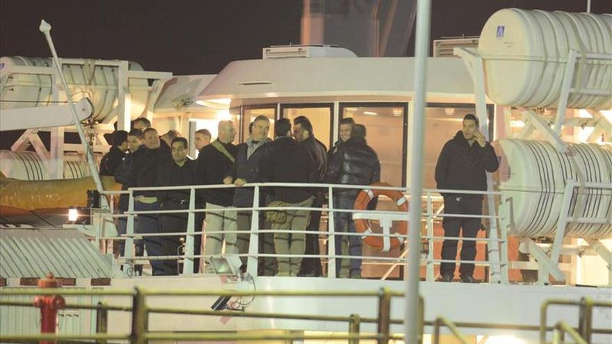 Repatriados desde Libia llegan a Italia y se desata un debate sobre intervención