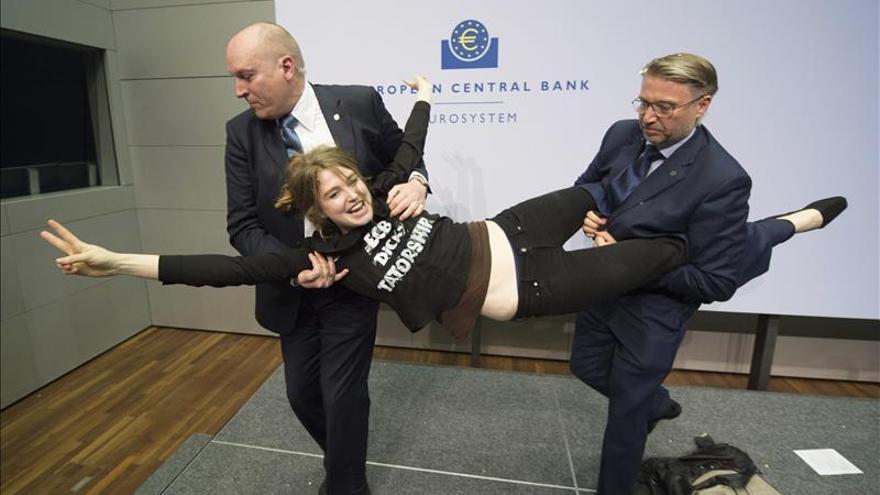 El BCE investiga el incidente con la joven que ha lanzado confeti a Draghi