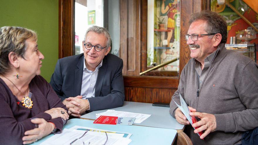 El candidato del Partido de la Izquierda Europea a presidir la Comisión Europea, Nico Cué, con Maite Mola (IU) y Pierre Laurent (PCF).