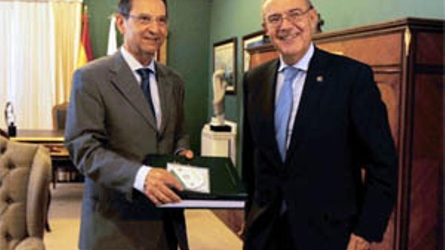 Antonio Castro recibe del Fiscal Jefe del Tribunal Superior de Justicia de Canarias, Vicente Garrido, la Memoria de la Fiscalía de 2009. (ACFI PRESS)