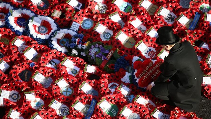 Isabel II rinde tributo a los británicos que lucharon en la Guerra Mundial