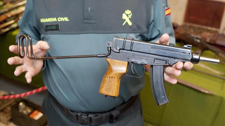 Una granada, dos armas largas y dos cortas en coche interceptado en Junquera