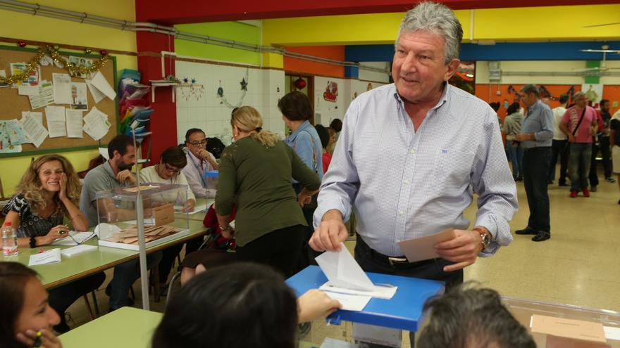 El político nacionalista Pedro Quevedo acude a las urnas. (ALEJANDRO RAMOS)