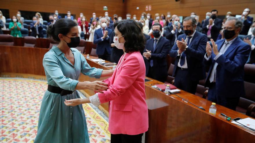 Rocío Monasterio abraza a Isabel Díaz Ayuso después de la votación de investidura.