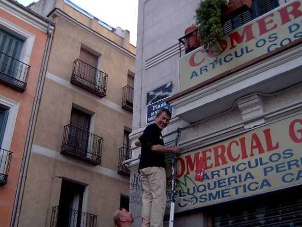 Dragó poniendo la placa falsa en Juan Pujol | Foto: elMundo / Francisco Javier Redondo Jordán y Leopoldo Alas