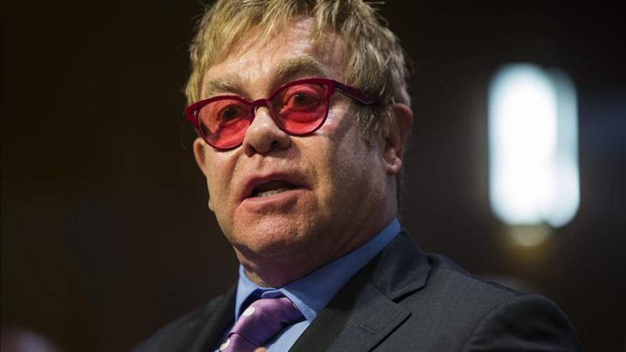 Elton John dice que ha hablado con Putin sobre la homosexualidad en Rusia