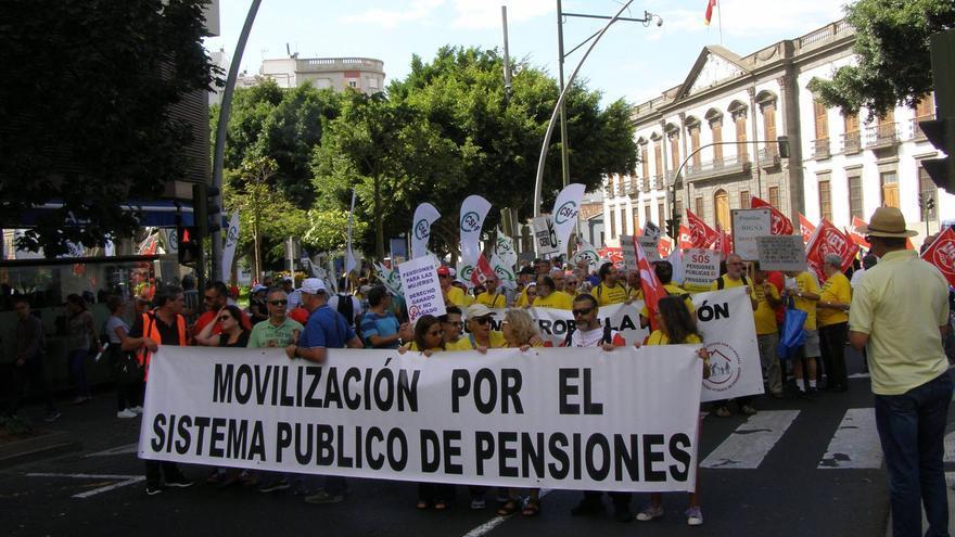 Pancarta de cabeza de la protesta de este domingo en el centro de la capital tinerfeña