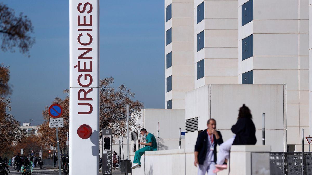 Personal sanitario del hospital La Fe de Valencia descansa a las puertas de urgencias del centro hospitalario.