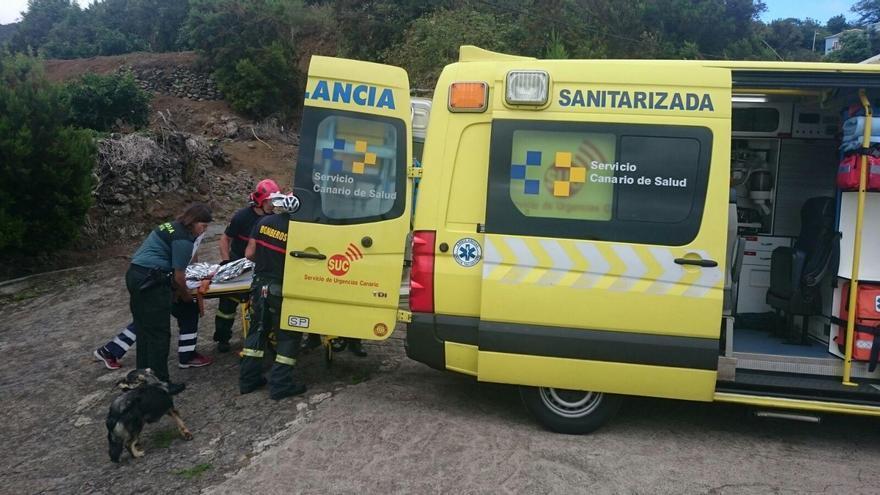 El vecino de Puntallana fue trasladado en una ambulancia de SUC al Hospital General. Foto: BOMBEROS LA PALMA.
