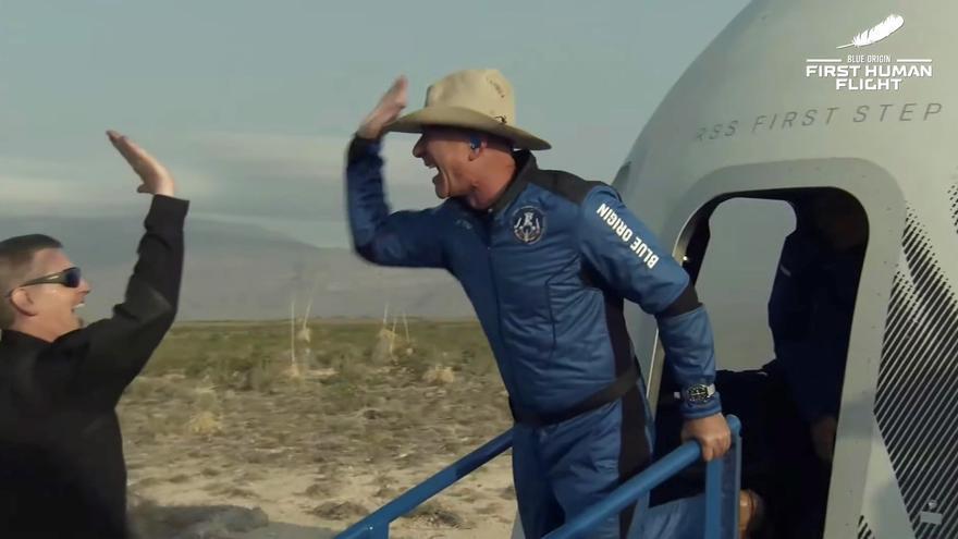 Captura de un video facilitada este martes por Blue Origin en la que se registró al multimillonario estadounidense Jeff Bezos (d), al abandonar una cápsula de Blue Origin New Shepard, luego de un viaje al espacio. EFE/BLlue Origin