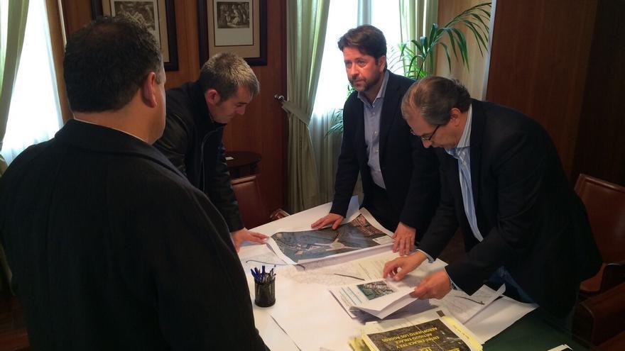 Reunión entre los representantes del Cabildo y el consistorio lagunero.