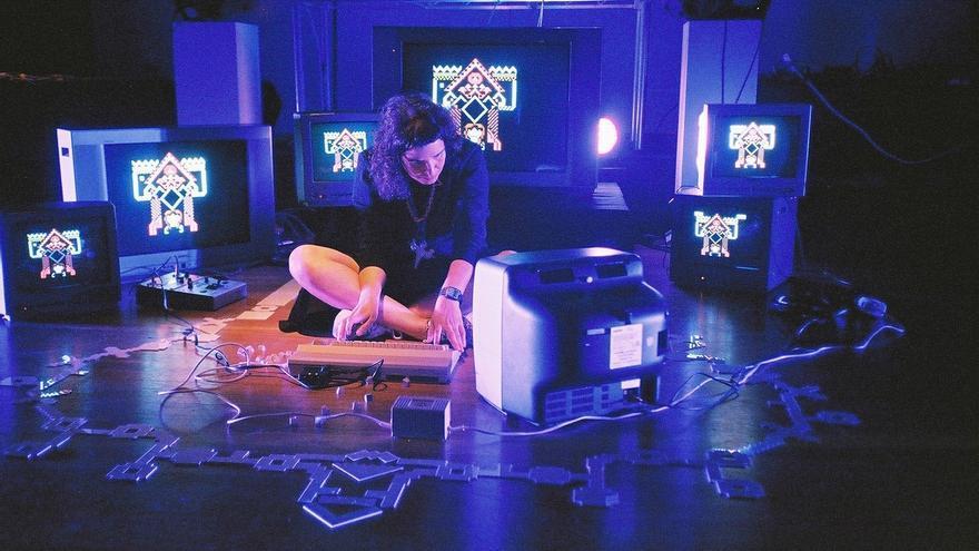 La artista Raquel Meyers durante una 'performance' con el Commodore 64