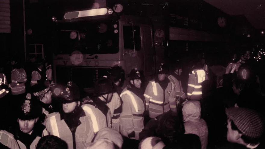 Decenas de policías custodian un camión que transporta animales en el puerto de Brightlingsea. Fuente: http://www.braintreeandwithamtimes.co.uk/