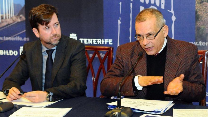 El consejero de Desarrollo Económico, Efraín Medina, junto al presidente del Cabildo, Carlos Alonso.