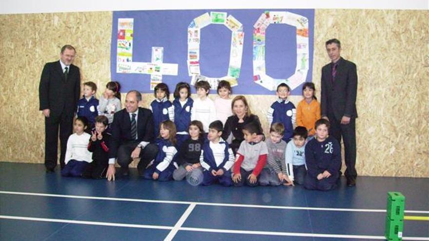 Alejandro Font de Mora, exconseller d'Educació, i Francisco Camps, expresident de la Generalitat, entre uns quants xiquets, en la inauguració d'un col·legi construït per Ciegsa el 2009 en La Pobla de Vallbona