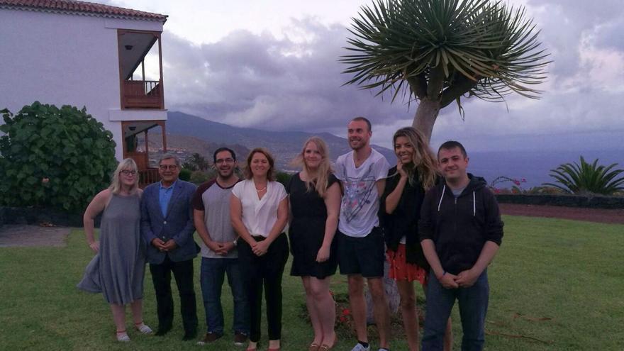 La consejera de Turismo del Cabildo de La Palma, Alicia Vanoostende (centro), con los cinco periodistas británicos, en los jardines del Parador Nacional de El Zumacal (Breña Baja).