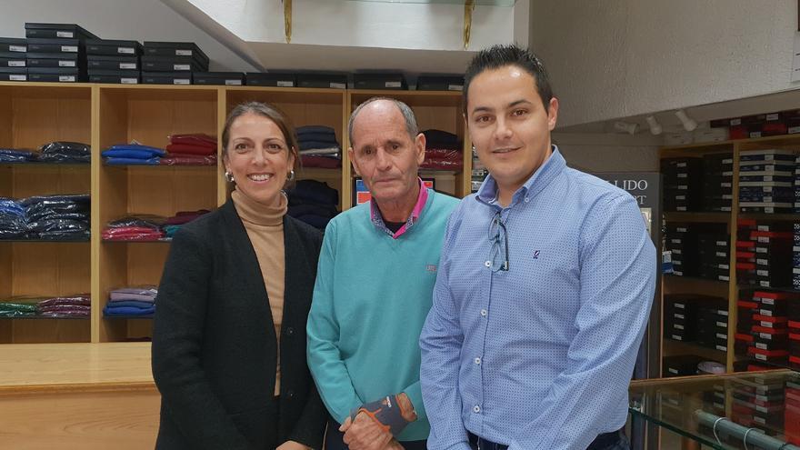 Tico Mendoza (c) con miembros de Ciudadanos en Breña Alta.