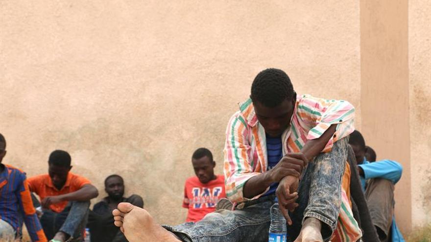 Imagen de archivo: un grupo de migrantes esperan en un centro de internamiento de la ciudad de Misrata, Libia.