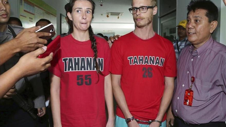 Dos periodistas británicos condenados en Indonesia por infringir sus visados