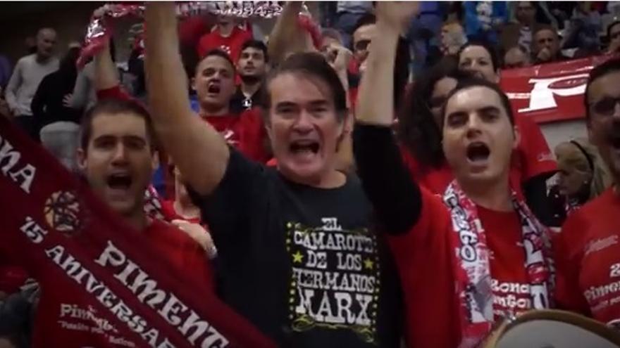 Álvaro Marx, vocalista del Camarote de los Hermanos Marx, en la grada del Palacio de los Deportes de Murcia