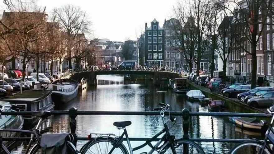 Bicis en un canal d'Amsterdam